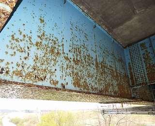 さびが進み、早期措置段階と判定された大仙市の橋の鋼材部(同市提供)