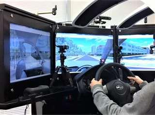 実験に使用したドライビングシミュレーター。中央の画面近くにあるカメラなどでドライバーの視線や顔の動きを調べる