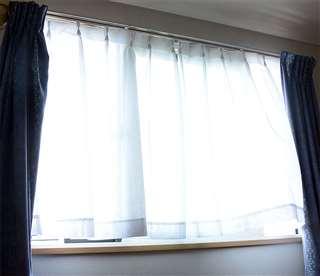 カーテンから注ぐ光。マユミさんにとって、最も気持ちが沈む時間帯だった