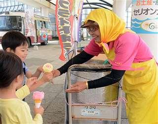 子どもにババヘラを手渡す「トミちゃん」こと登藤トミ子さん