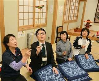 練習の最後は、日本皿まわし協会秋田支部の会員たちと皿回しリレーに挑戦した