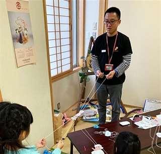 大仙市で開いた子育てサークルのイベントで、参加した子どもたちと遊ぶ林さん