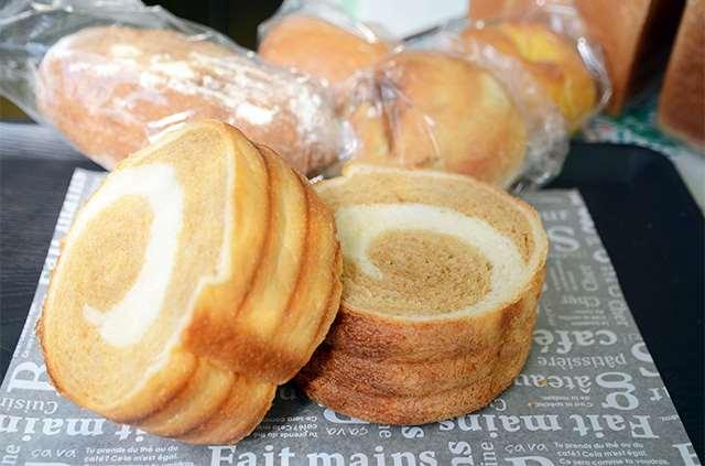 2種の生地を混ぜ合わせた「ちぇるしー」。写真は黒糖が練り込まれた商品