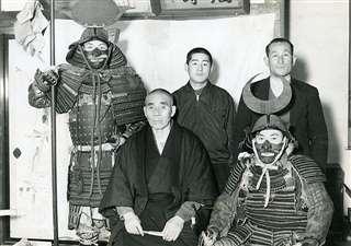 自宅で(後列中央)。後列右が父清一郎、前列左が祖父久吉=昭和35年ごろ