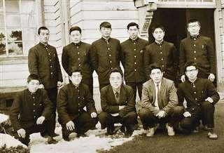 金足農高の卒業アルバム委員も務めた(前列左から2人目)