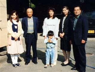 長野の研修先農家を再訪。左から2人目がお世話になった今井満行さん=平成10(1998)年