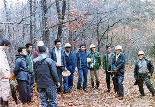 林業教室で実際に山林に入り実習(左から2人目)=昭和39年秋
