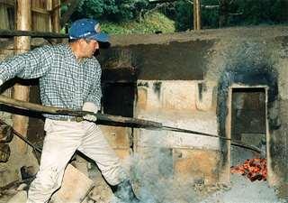 自宅敷地内にある炭焼き窯。技術をどう伝承していくか=平成14(2002)年