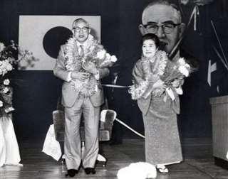 県職員に退任あいさつをする小畑知事夫妻=昭和54年4月