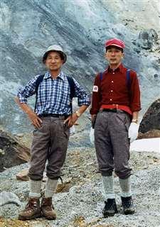 秋田駒ケ岳に一緒に登る大友英一さん(左)、康二さん兄弟=平成の初めごろ