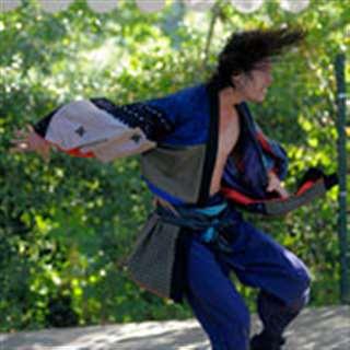 髪を振り乱して「秋田の行事」を表現するヨシタカ=9月21日、藤田のアトリエの庭