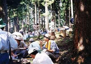 健康の森を散策後、木漏れ日の下で昼ご飯=平成4年9月