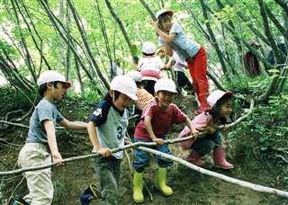 斜面も枝も遊び道具にして活動する子供たち=平成18年