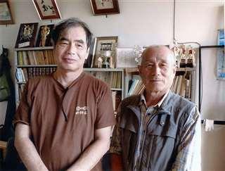 哲学者の内山さん(左)と久々に再会=8月24日、男鹿市戸賀加茂青砂