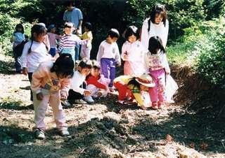 遊歩道で遊ぶ子供たち=秋田市下浜羽川の「健康の森」