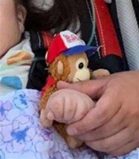 車椅子や人工呼吸器を使っている美奈さん。「そのことで『違う世界の人』だと、壁をつくらないでほしい」と母親の優子さんは語る