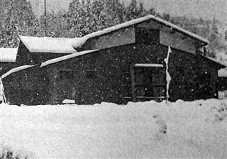 雪に包まれる生家。昭和45年まで母屋はかやぶきだった