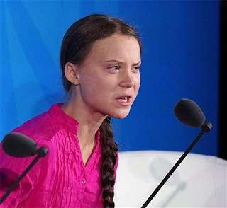 国連の「気候行動サミット」でスピーチするグレタ・トゥンベリさん=9月23日、ニューヨーク(ロイター=共同)