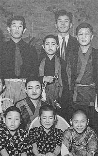 中学の演劇部で(後列中央)。左隣が小泉先生
