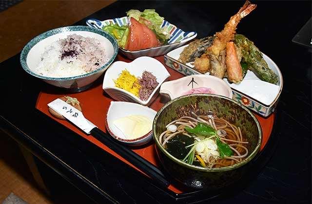 10種類の天ぷらとそばを楽しめる「天ぷら定食」