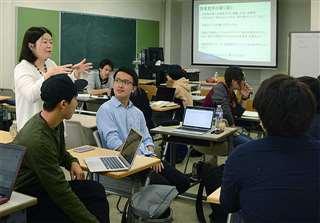 日本語教育の授業で学生たちと話す嶋さん