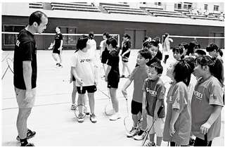 タイのナショナルチームの選手(左)と交流するスポ少団員たち=今年8月、美郷総合体育館リリオス