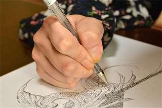 ボールペンで細やかに線を描き込む