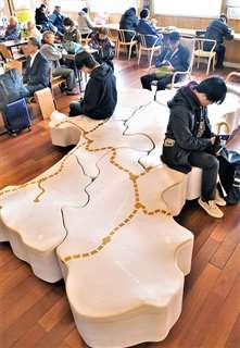 JR秋田駅の待合室に置かれた本県の形をしたスツール