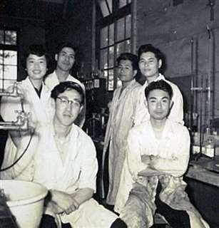 東京農大の実験室で同級生たちと(左端)=昭和30年