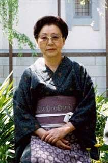 和服姿の母キヨ=昭和60年、角館の自宅庭で