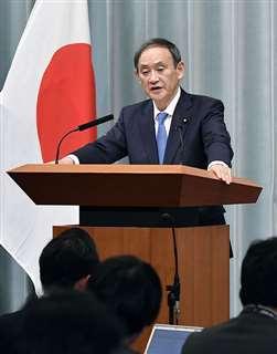 11月21日の記者会見で「住宅地からの距離が重要な考慮要素になる」と述べた菅義偉官房長官=首相官邸