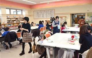 さまざまなイベントが行われる栗盛記念図書館の多目的室。今月8日はクリスマス工作教室が開かれた