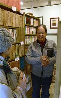 買い取りの相談に訪れた女性と話す工藤さん(右)