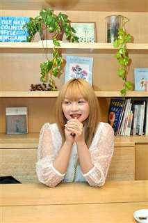 「秋田はもっと発信しないと」と語るmaikoさん=東京・北青山のカフェ
