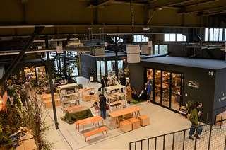 納谷学さん、新さん兄弟がデザインを監修した「ヤマキウ南倉庫」。隙間を生かした配置を意識したという=秋田市南通
