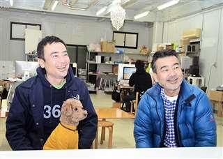 納谷建築設計事務所でスタッフと談笑する学さん(右)と新さん。「秋田で公共建築を手掛けたい」と今後の抱負を語る=川崎市