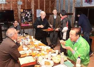 昨年12月、みんなの実家で行われたパーティー。門脇さん(手前右)と地元住民らが手作り料理に舌鼓を打ちながら懇談した