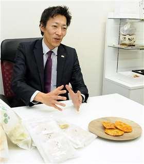 自社製造の米菓について語る米田社長=潟上市の鼎庵本店