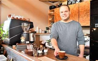 大仙市豊川でカフェを営むスロバキア出身のピクナーさん