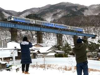 雪景色の中、快速列車「リゾートしらかみ」が走る第2小入川橋梁(昨年12月28日撮影)