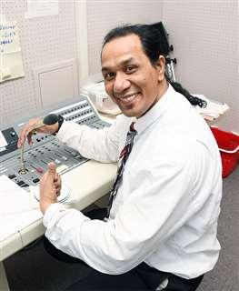 英語の校内放送を担当しているパタンさん=美郷中学校