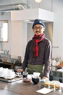 喫茶店「交点」のカウンターに立つ五十嵐さん
