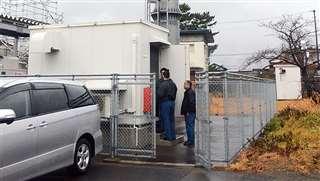 落雷後に配電設備を確認する消防署員=昨年12月14日、能代市の能代山本広域消防本部