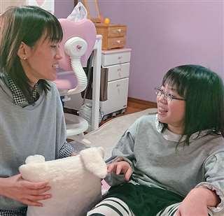 真愛さんと母親の聡子さん