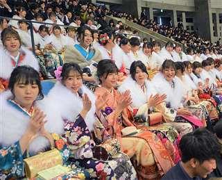 晴れ着で成人式に参加した新成人。秋田市の将来が「明るい」と答えた人の割合は、昨年より大きく増えた