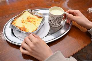 熱々チーズトースト。ジャージー牛乳と一緒に召し上がれ