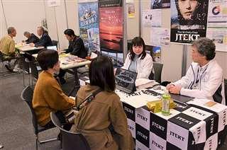秋田市などが主催した「家族で考える『地元就職』セミナー」。県外で働く子どもの親や学生らが参加した=2019年11月24日、秋田市の秋田拠点センター・アルヴェ