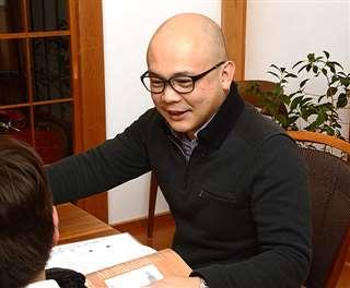 日本語での教科学習に苦手がある中学生を自宅に招き、一緒に勉強する橋本さん