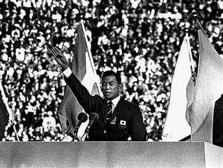 東京五輪の開会式で選手宣誓をする小野さん=1964年10月10日、国立競技場