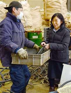 工場でベテラン社員と話す社長の松原朋子さん=秋田市土崎港